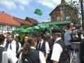 Kongresanoj dum la pentekosta parado en Herzberg am Harz: kun verdaj pluvombreloj kaj landoflagoj de la partoprenantoj.